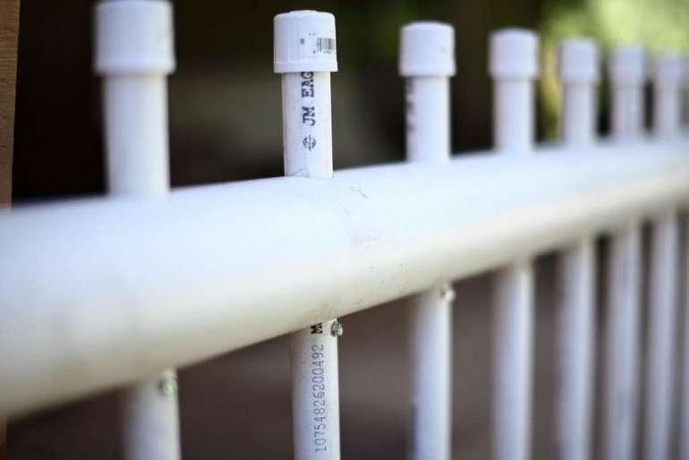 Забор из труб ПВХ