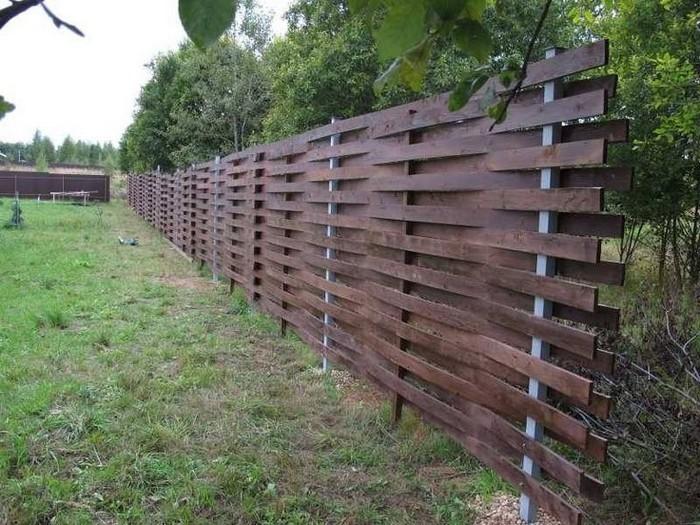 Горизонтальный забор плетенка для дачи
