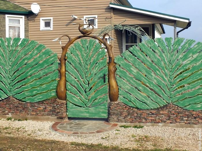 Какой забор сделать для дачи и загородного участка: бюджетные и оригинальные способы (63 фото)