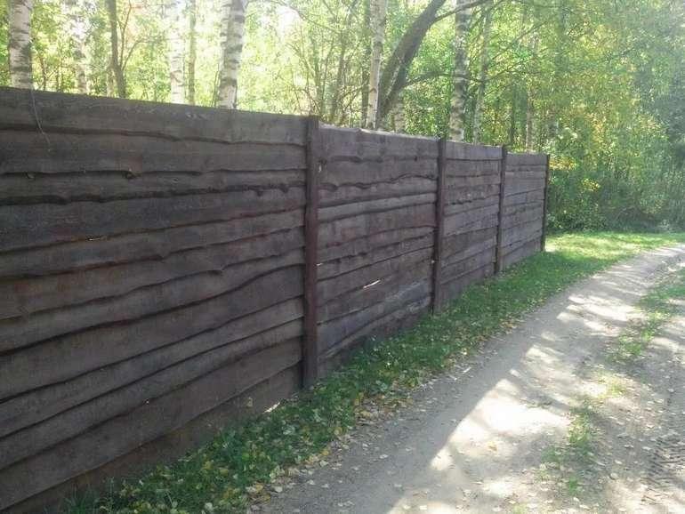 Забор из необрезной доски горизонтальный